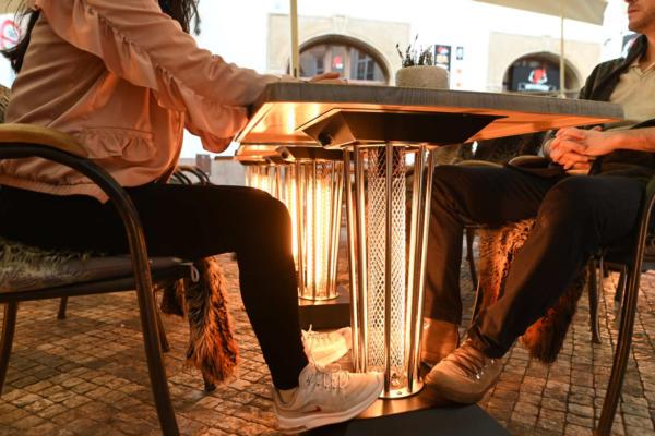 Vyhřívaný stolek Galavito Heating Table hřeje od nohou